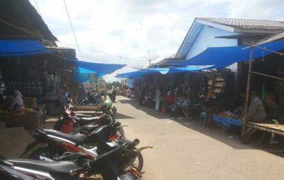 Pedagang Kedondong Jajakan Barang Dagangan di Jalan