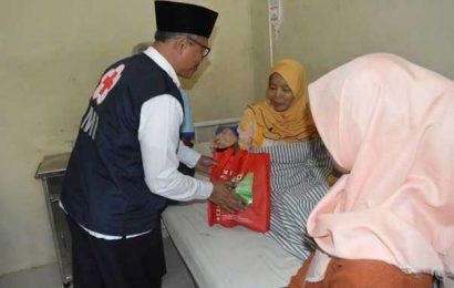 PMI Bagikan 100 Buah Bingkisan ke Pasien RSUD di Tanggamus