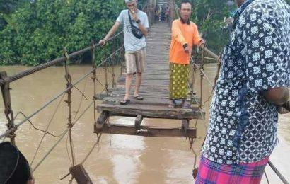 Jembatan Penghubung Kecamatan Semaka Ambrol