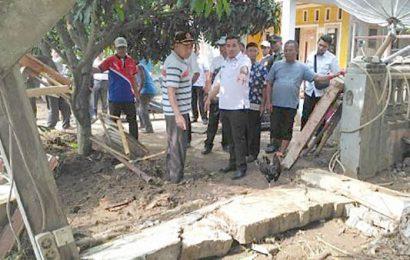Dendi Tinjau Korban Banjir di Padang Cermin